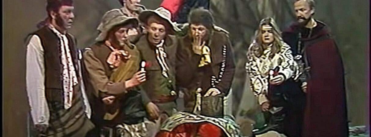 Cena do filme Khraniteli, com o elenco da adaptação soviética.