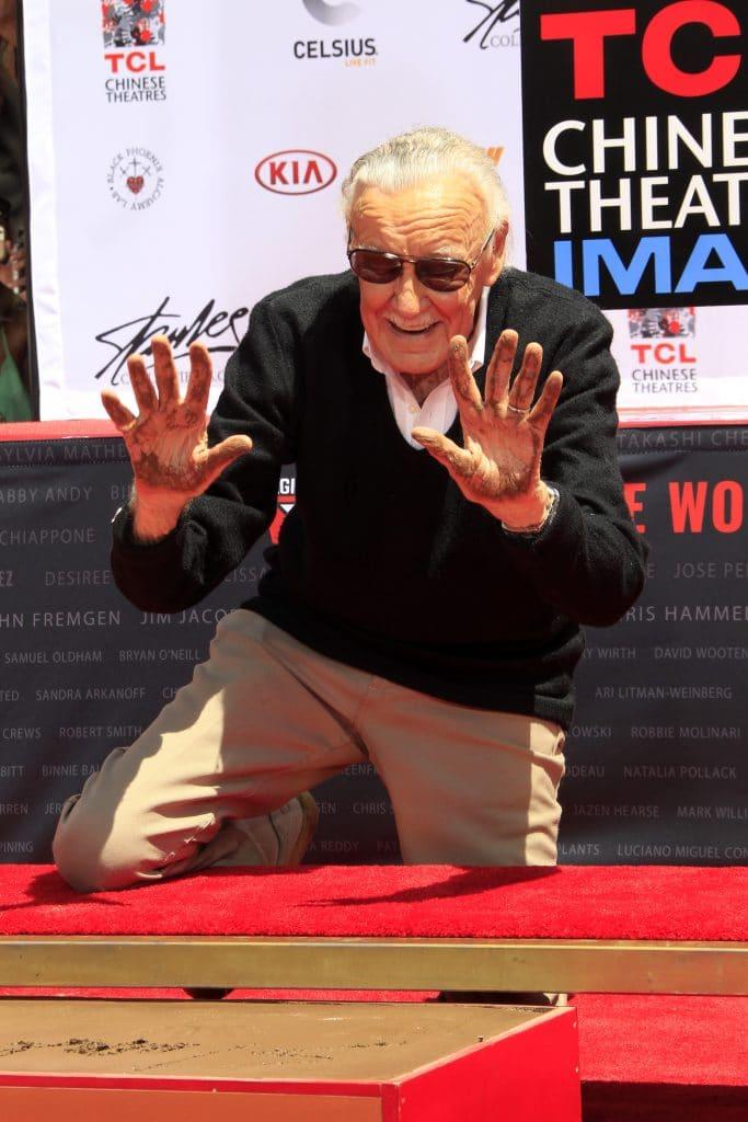 Stan Lee marcando suas mãos e pés na Calçada da Fama em Los Angeles, EUA. Imagem: Kathy Hutchins / Shutterstock.com