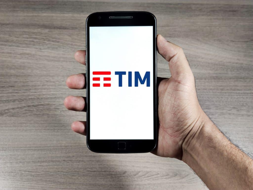 Logo da TIM exibido em smartphone