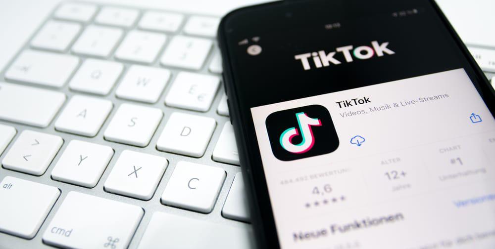 Celular com o aplicativo do TikTok aberto