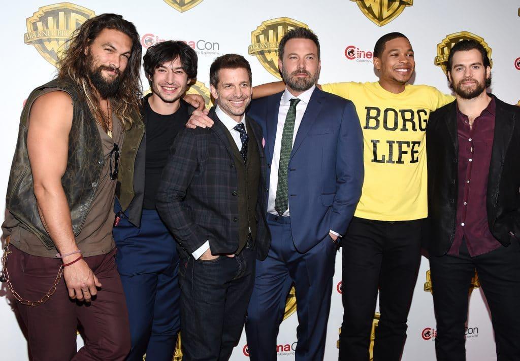 Zack Snyder com o elenco masculino de 'Liga da Justiça'. Imagem: DFree / Shutterstock.com