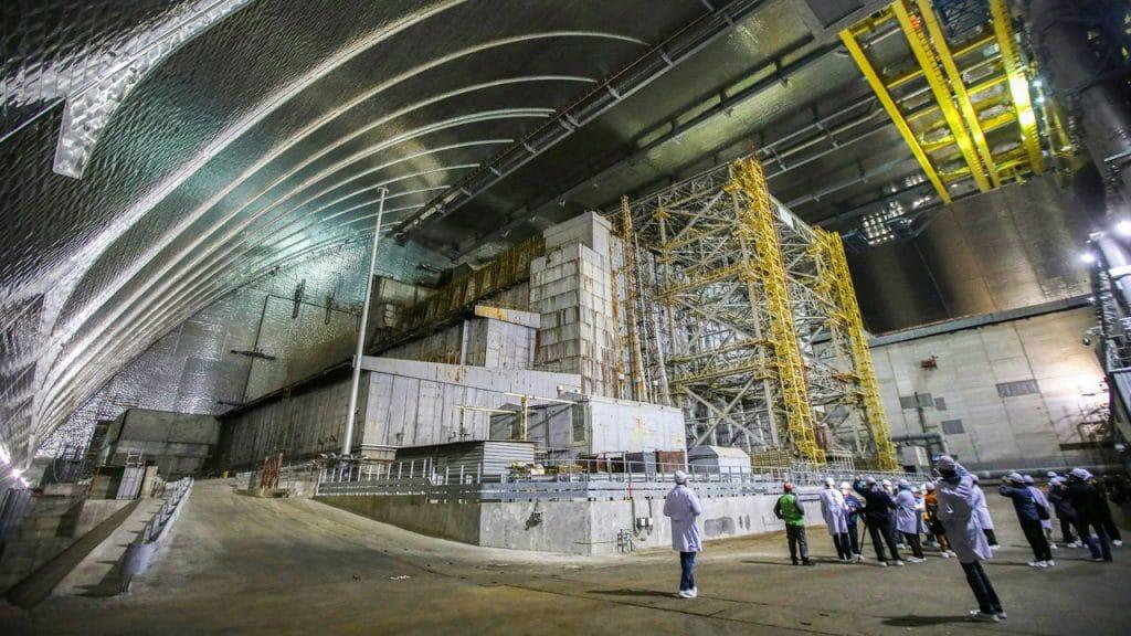 Imagem mostra as estruturas de proteção do reator número 4, que vem registrando novas reações nucleares em Chernobyl