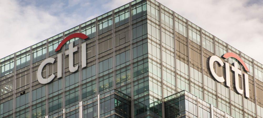 Imagem mostra o topo de um prédio com o logo do banco Citi.