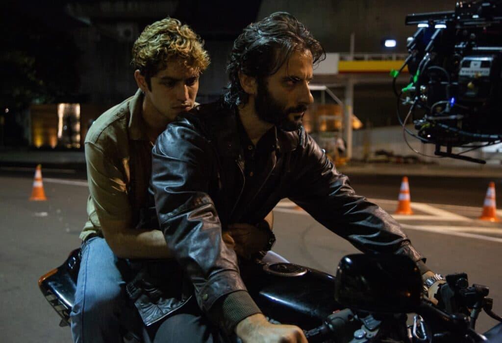 """A série conta a história de como Pedro """"Dom"""" (Gabriel Leone), filho do policial Victor (Flavio Tolezani), se tornou líder de uma facção criminosa no RJ. Imagem: Divulgação"""
