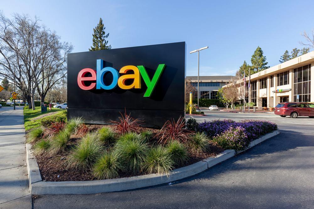 Placa com o logo do eBay