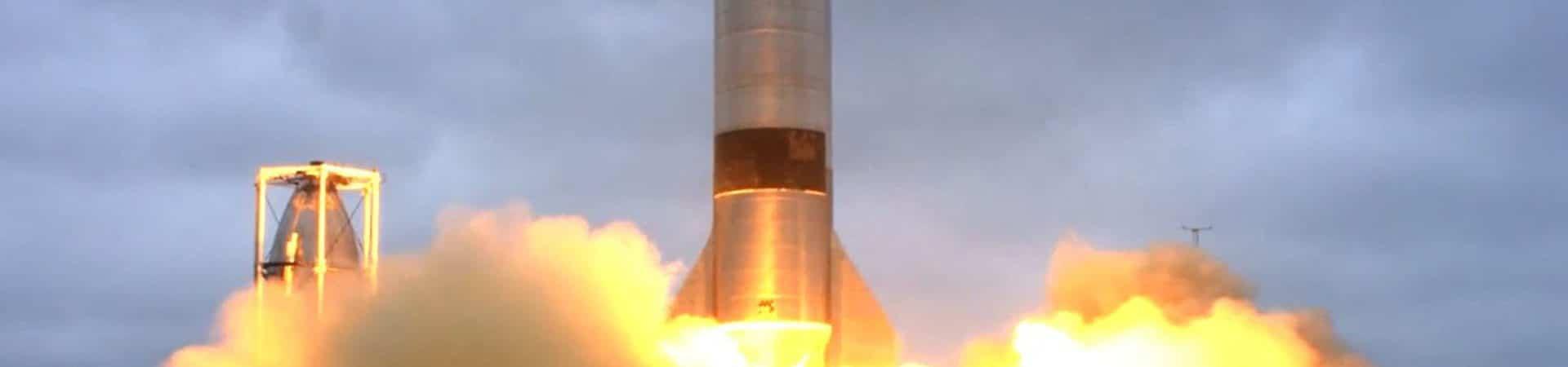 Imagem mostra um fogeute com a nave Starship, da SpaceX, decolando
