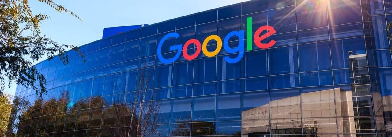 Imagem mostra a fachada da sede do Google em Mountain View