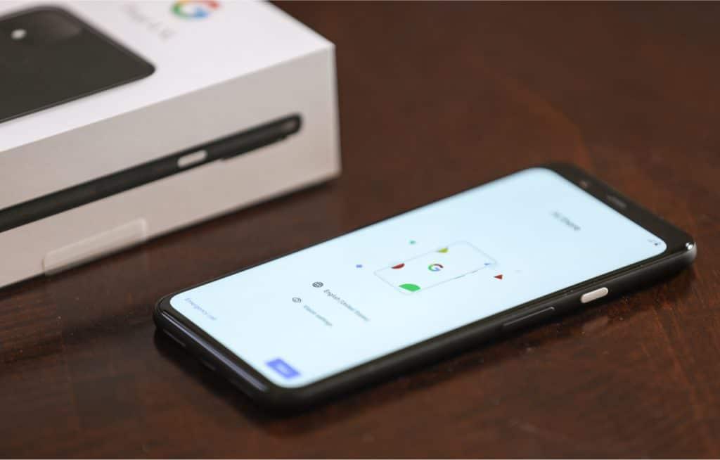 """Imagem mostra o smartphone Pixel 4 XL, onde recursos como geração automática de legendas e detecção de acidentes de carro vem sendo promovidos pelo Google na série """"True Pixel Stories"""""""