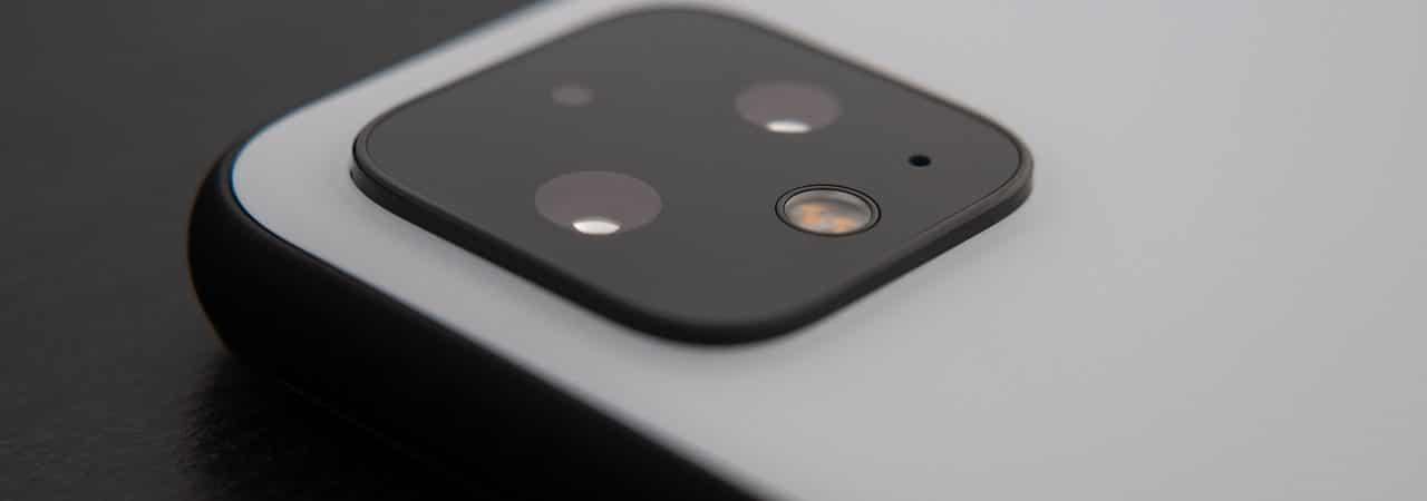 Imagem mostra a parte traseira do Google Pixel 4 XL, destacando seu conjunto de câmeras