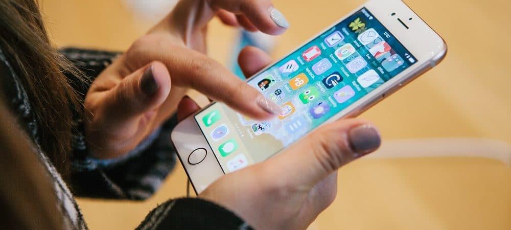 Imagem mostra um par de mãos mexendo em um iPhone