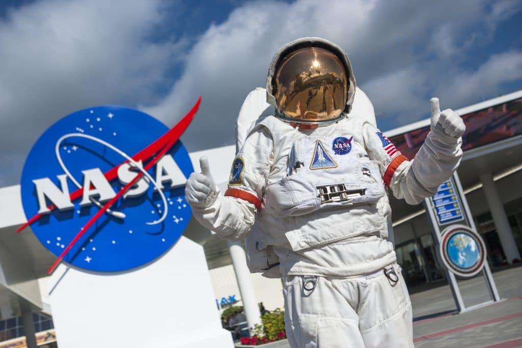 Imagem mostra um astronauta da Nasa, que pode se beneficiar após o Senado aprovar proposta de US$ 250 bilhões para pesquisas científicas