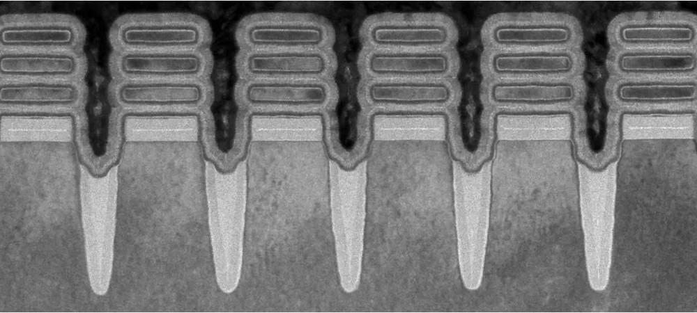 """Transistores produzidos com o novo processo da IBM. Cada um tem três """"nanofolhas"""" empilhadas sobre ele, e todo o conjunto é envolto pelo material do gate."""