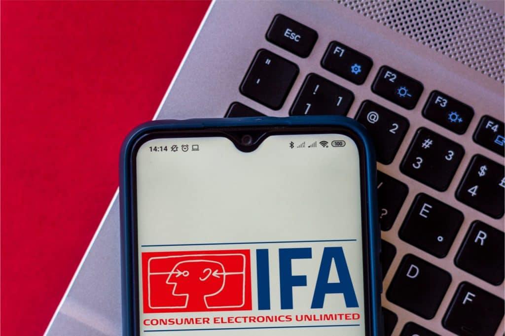Imagem mostra um smartphone com a logomarca da IFA 2021, feira de tecnologia da Europa que acabou cancelada por preocupações com a Covid-19