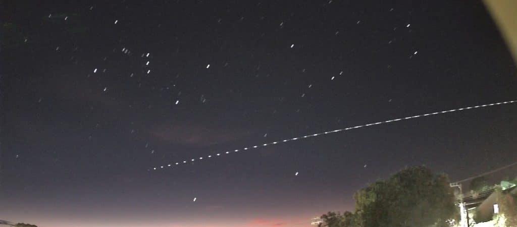 longa exposição do foguete chines em passagem por santa catarina