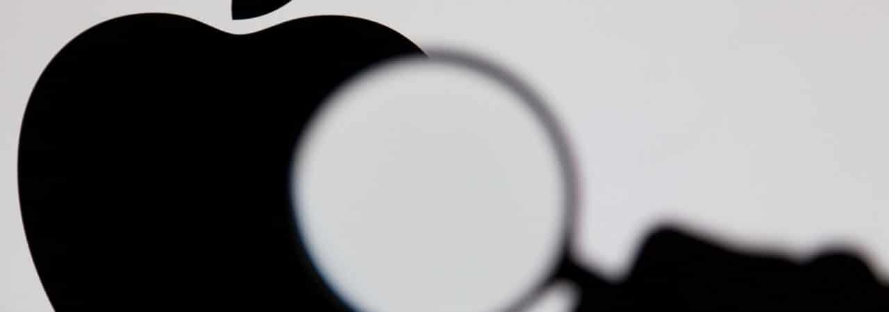 Logotipo de Apple a través de una lupa