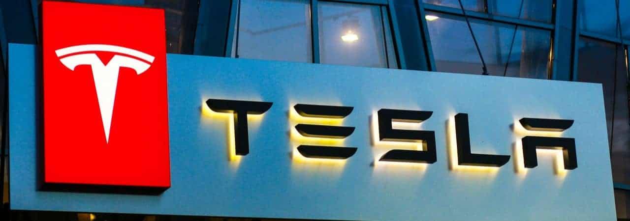 Imagem mostra a logomarca da Tesla em uma fachada na Ucrânia