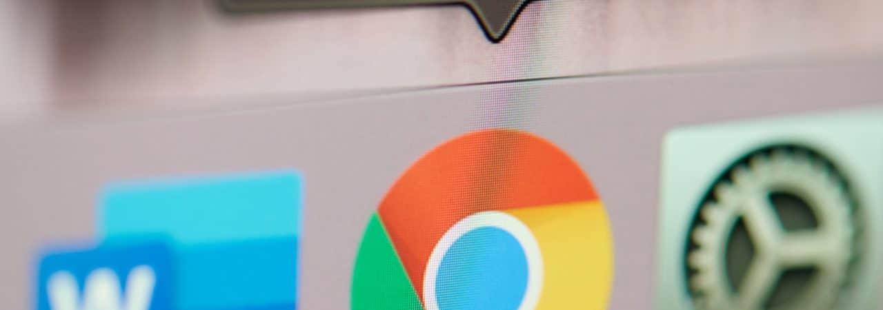 Imagem mostra a logomarca do navegador Google Chrome em uma barra de tarefas de um computador da Apple