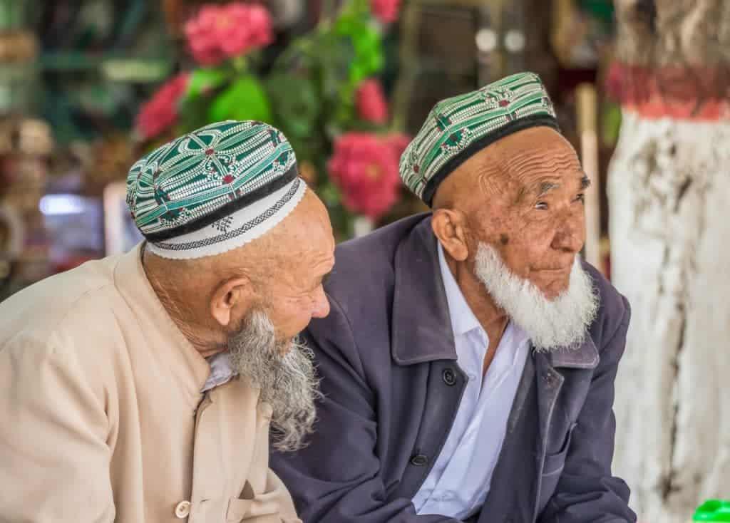 Imagem mostra dois idosos da etnia uigure, uma minoria do noroeste chinês predominantemente muçulmana e alvo de inúmeros preconceitos na sociedade. Fornecedores da Apple vêm usando o grupo para trabalho forçado