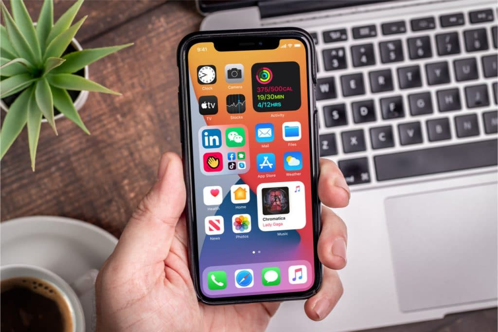 Imagem mostra um iPhone na tela principal do iOS