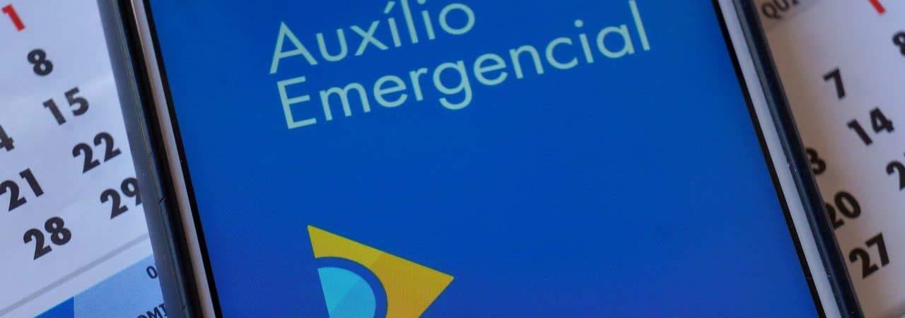 Logo do app auxílio emergencial exibido em smartphone