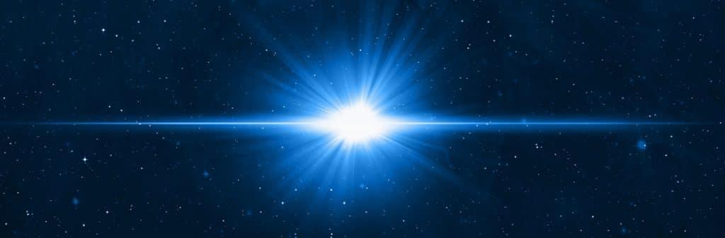 Imagem digital que mostra um xemplo de explosão supernova: duas estrelas se aproximam, com uma adquirindo uma massa instável a ponto de explodir, gerando muita luz