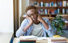 Café pode não ser tão eficaz para te manter acordado, diz estudo