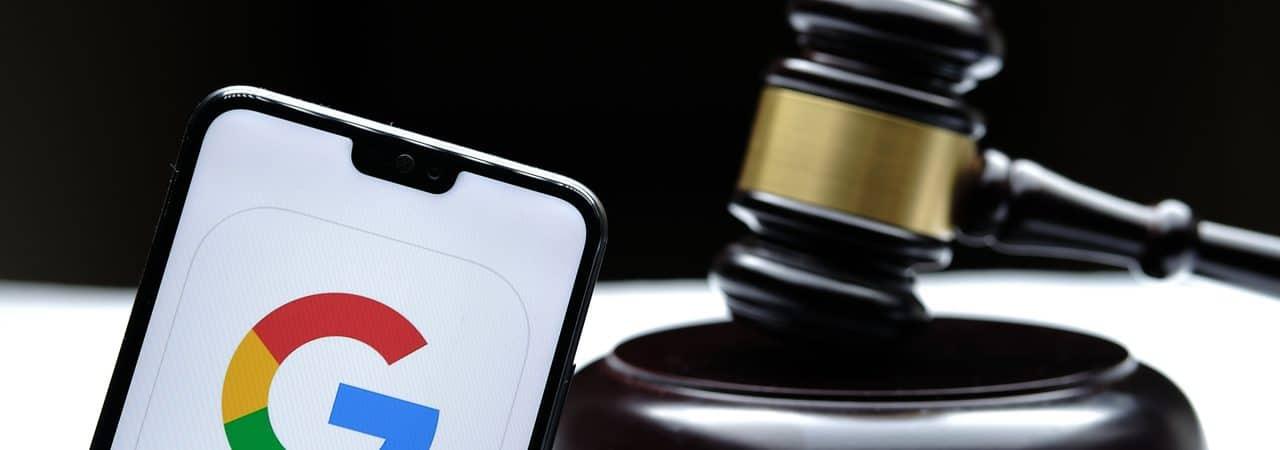 Ilustração do logo do Google ao lado de um martelo de tribunal