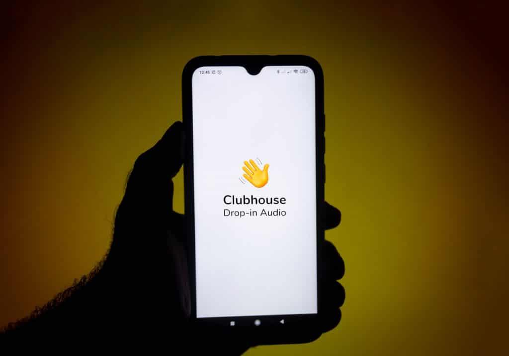 App Clubhouse exibido em smartphone