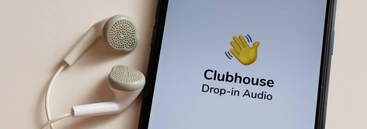 App Clubhouse aberto em smartphone