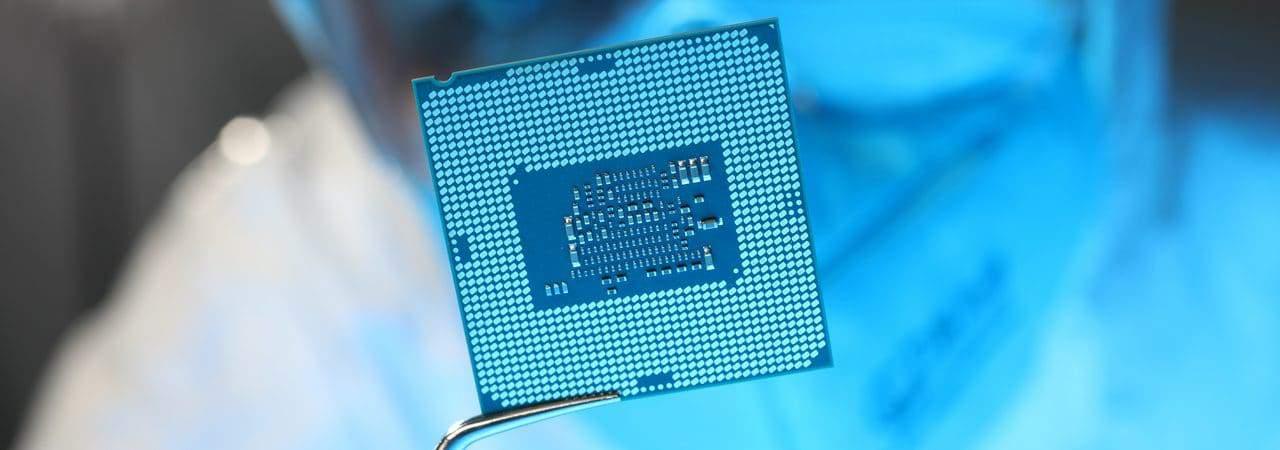 Profissional manuseando um componente para ilustrar a crise dos chips