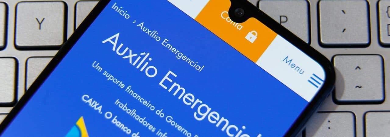 Auxílio emergencial aberto em smartphone