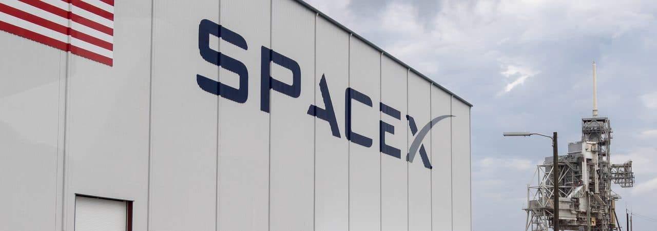 Imagem mostra a fachada frontal da SpaceX