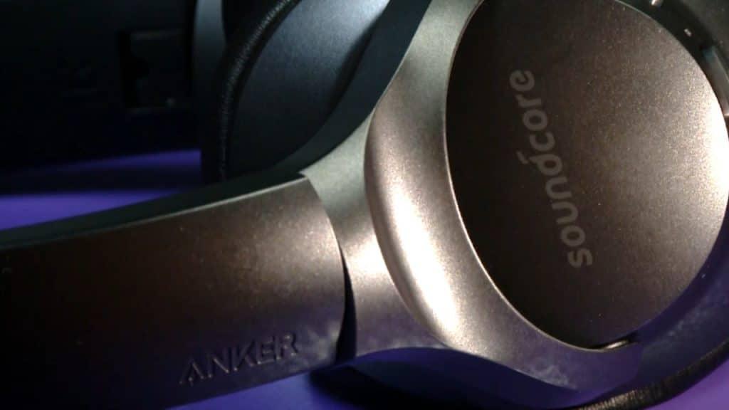 Imagem mostra uma parte do headset Soundcore Life Q20, da Anker, com a logomarca do acessório e da fabricante em destaque