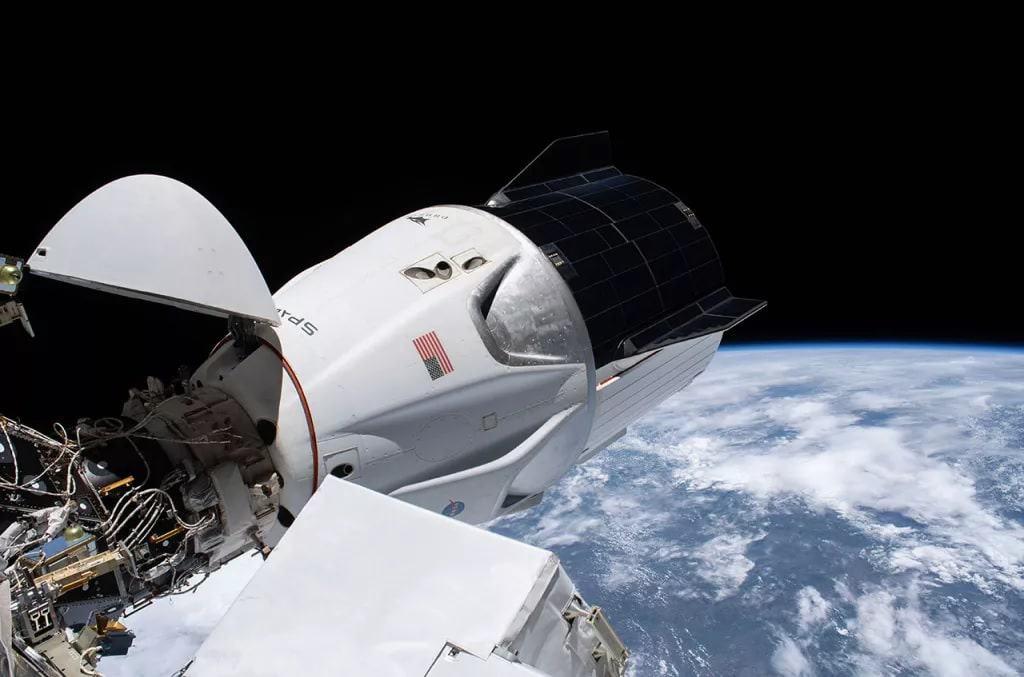 Imagem mostra uma cápsula da SpaceX sendo aberta no espaço. Órgão governamental decidiu manter o contrato da Nasa com a SpaceX para construção de equipamentos.