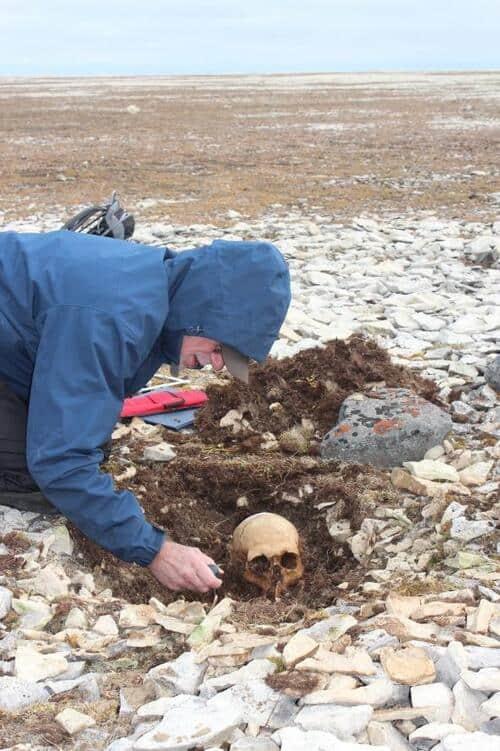 Imagem mostra pesquisador Douglas Stenton, da universidade de Waterloo, no Canadá, escavando restos mortais de John Gregory.