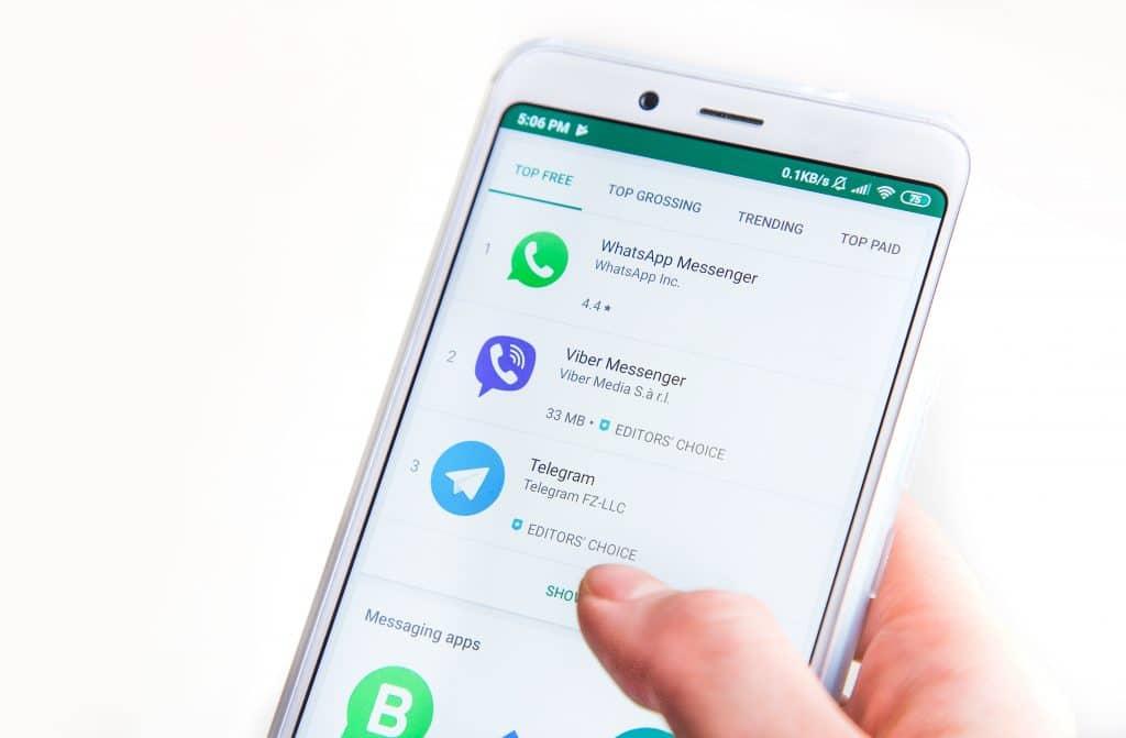 Disputa entre aplicativos de mensagens. Imagem: Shutterstock