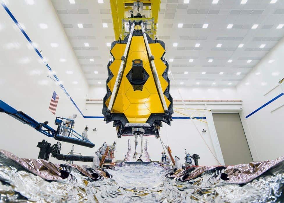Imagem mostra o telescópio espacial James Webb, da Nasa, em ambiente de testes
