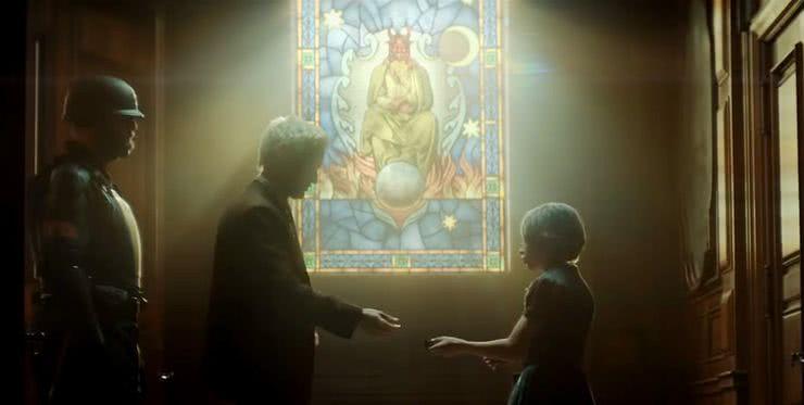 Cena de 'Loki' com um vitral mostrando uma figura demoníaca, mas que não é Mephisto. Imagem: Marvel Studios/Reprodução