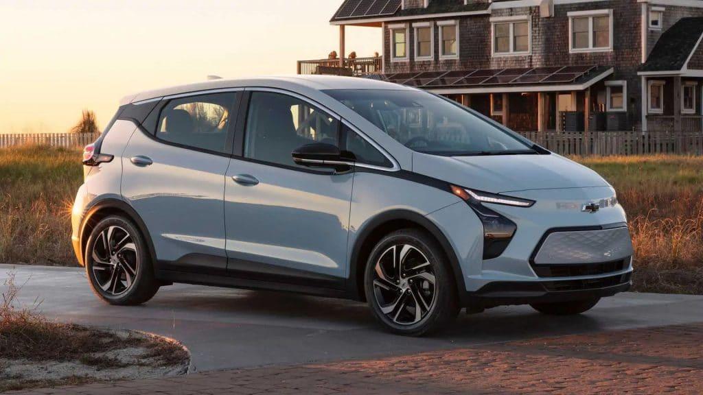 Um dos carros elétricos disponíveis no Brasil, mas em nova versão: o Chevrolet Bolt 2022. Imagem: Divulgação