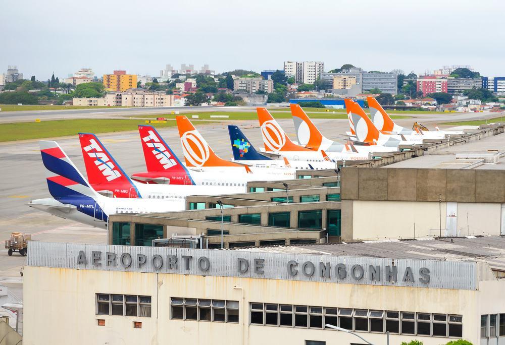 Fachada do Aeroporto de Congonhas, em São Paulo, com caudas de aviões ao fundo