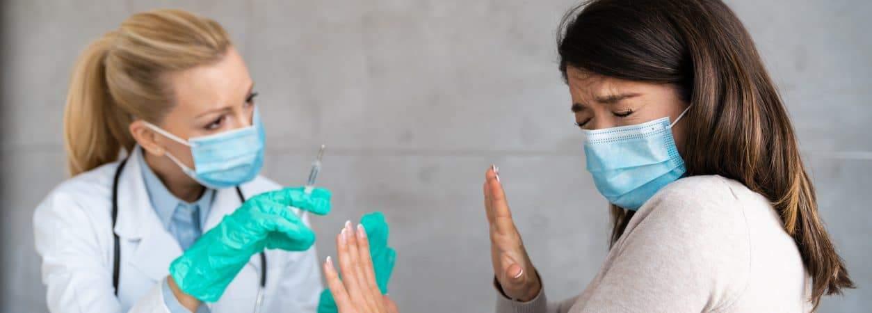 Mulher se nega a ser vacinada contra a Covid-19