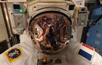 Problemas com traje impedem astronautas de concluírem trabalho externo