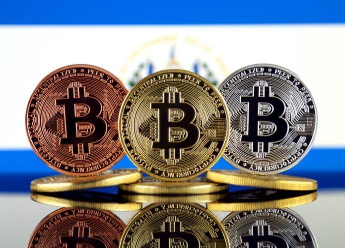 Bandeira de El Salvador junto com bitcoins
