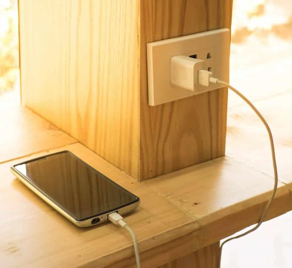 110 ou 220 volts, a tensão da tomada não faz diferença na recarga da bateria do celular.