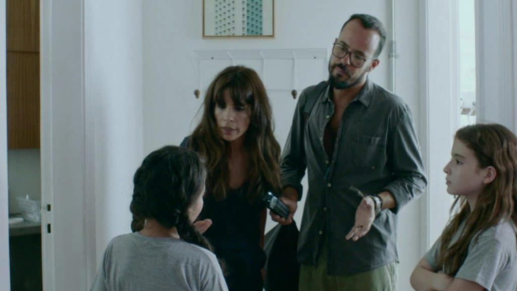 Maria Ribeiro y Paulo Vilhena en una escena de la película Como Nuestros Padres.