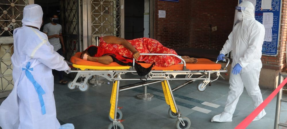Mulher deitada em uma maca de atendimento médico