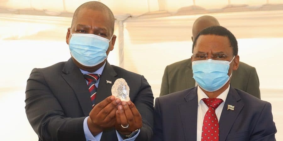 Presidente Mokgweetsi Masisi segurando o diamante