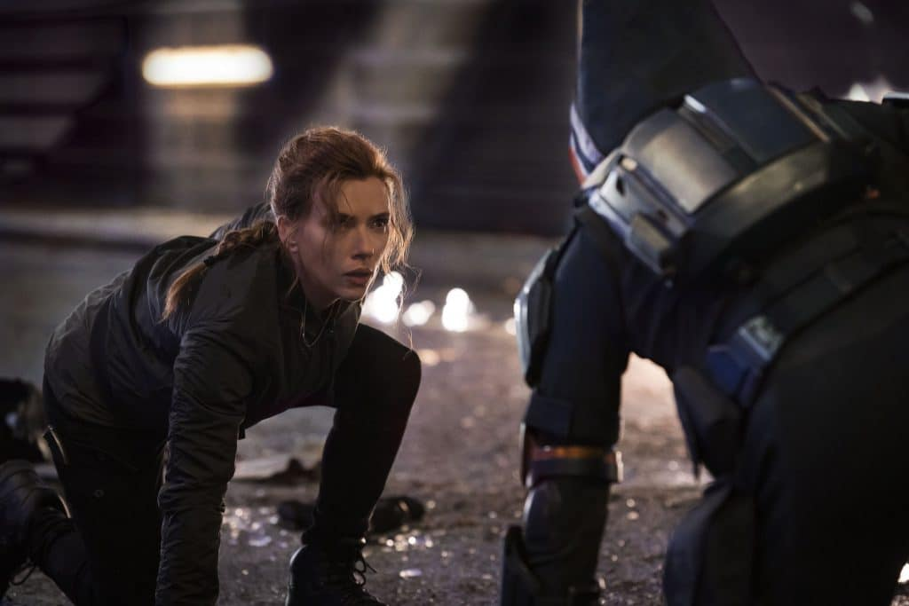 Viúva Negra e Yelena são perseguidas em cena inédita pelo Treinador. Imagem: Marvel Studios/Divulgação