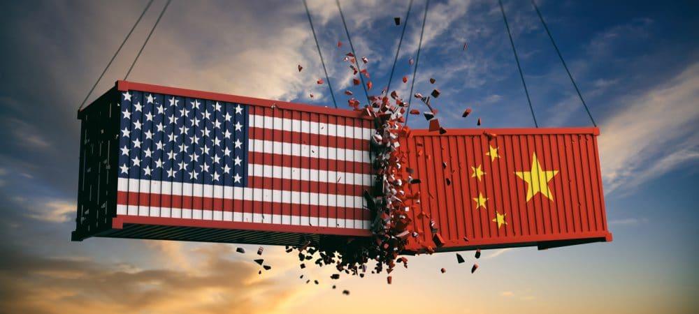 Colisão entre containers com as bandeiras do EUA e China