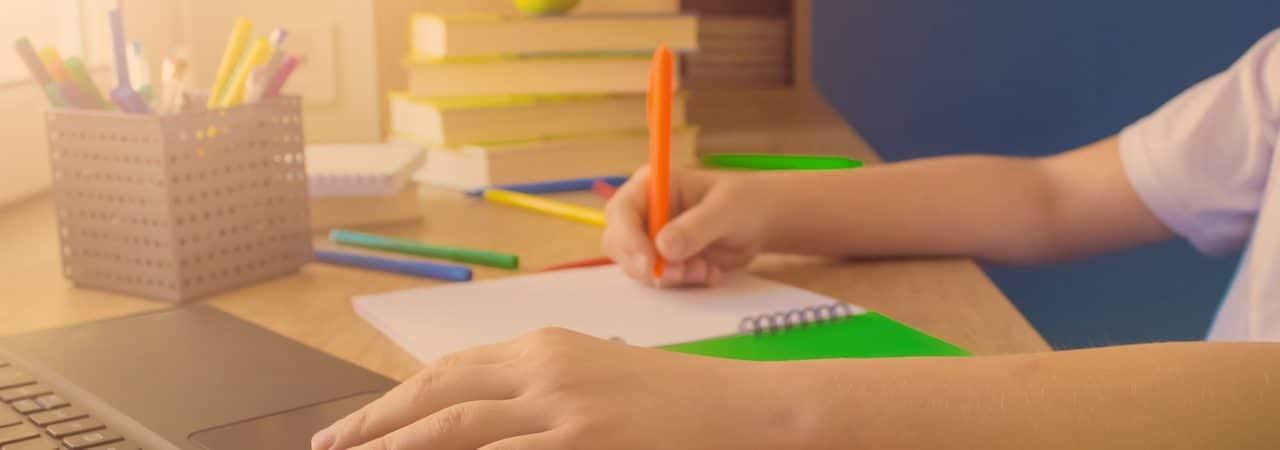 Representação de criança estudando por meio de um notebook